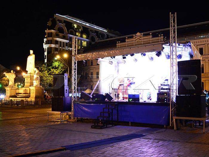 Мобильная сцена Polycar на Михайловской площади.