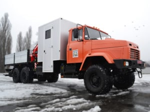 Мастерская на базе КРАЗ с кабиной для бригады, манипулятором и бортовой платформой.