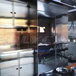 Отсек для приготовления пищи в мобильной кухне.