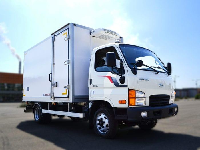 Рефрижераторный фургон с термоперегородкой и холодильным оборудованием на Hyundai HD35.