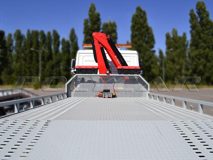 Эвакуаторная платформа, лебедка и кран-манипулятор, установленные на автомобиль МАЗ.
