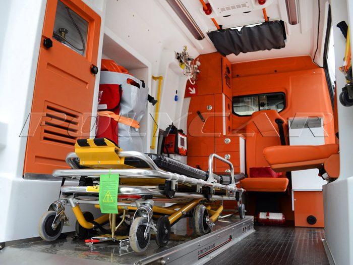 Медицинский отсек в автомобиле скорой помощи.