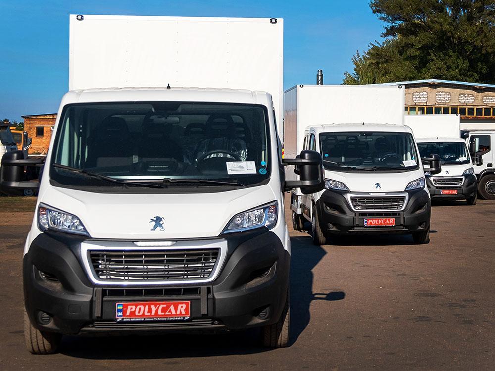 Партия промтоварных фургонов, выполненных Polycar на Peugeot Boxer.