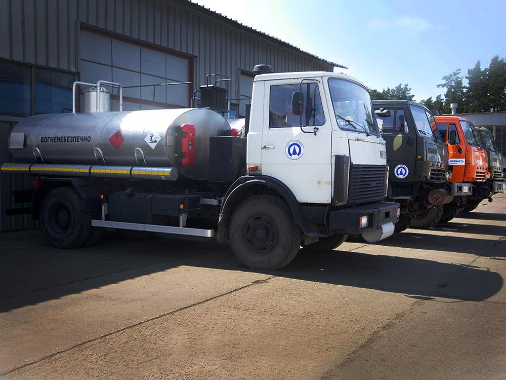 Автоцистерни для перевезення нефти на базі шасі МАЗ та КАМАЗ.