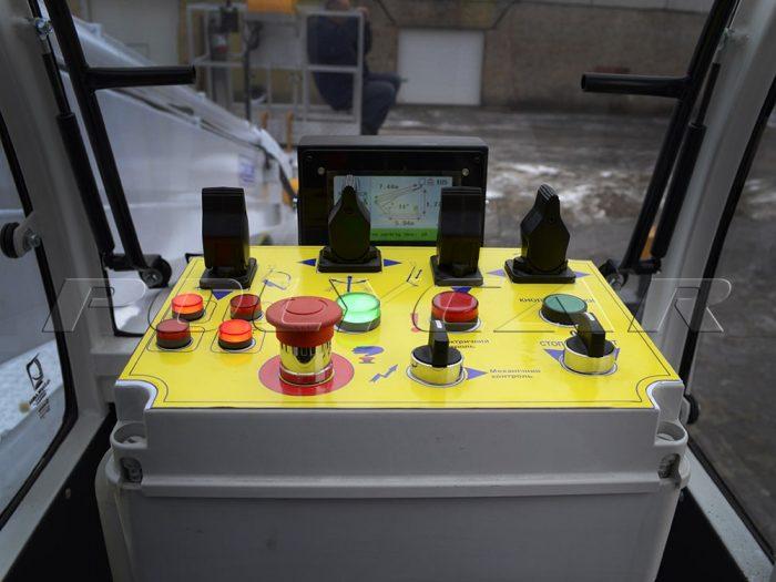 Пульт управления автовышкой в кабине.