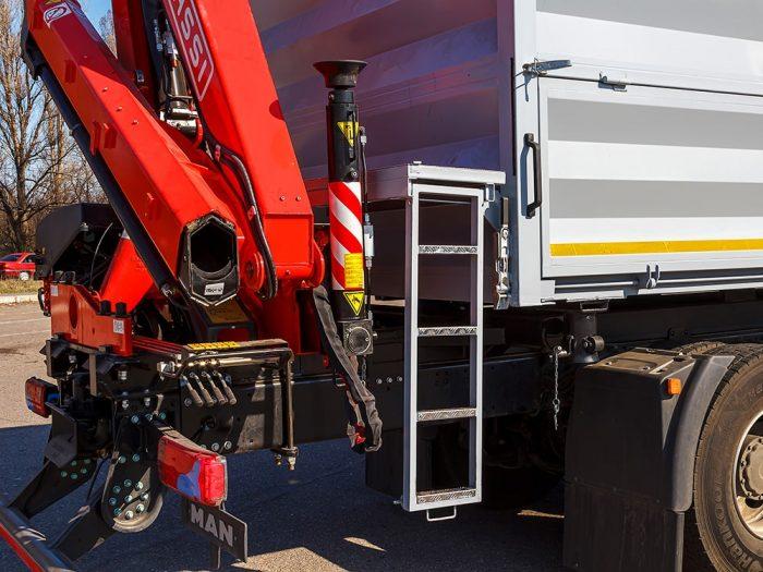 Кран-манипулятор Fassi на зерновозе MAN производства Polycar.