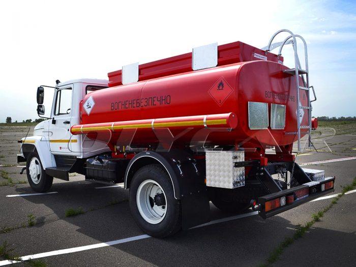 Топливозаправщик ГАЗ с цистерной объемом 5 кубических метров.