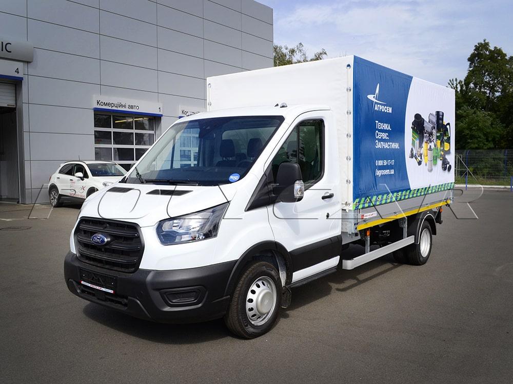Ford Transit с алюминиевой бортовой платформой и брендированным тентом.