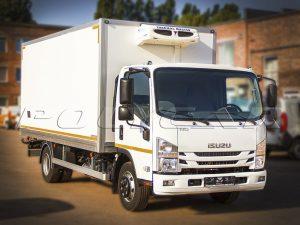 Isuzu NQR90 с рефрижераторным фургоном.