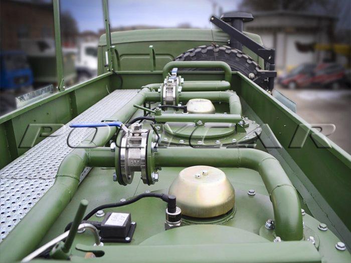 Цистерна об'ємом 5 000 літрів на авіаційному паливозаправнику.