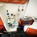 Медицинское оборудование в автомобиле с корой помощи.